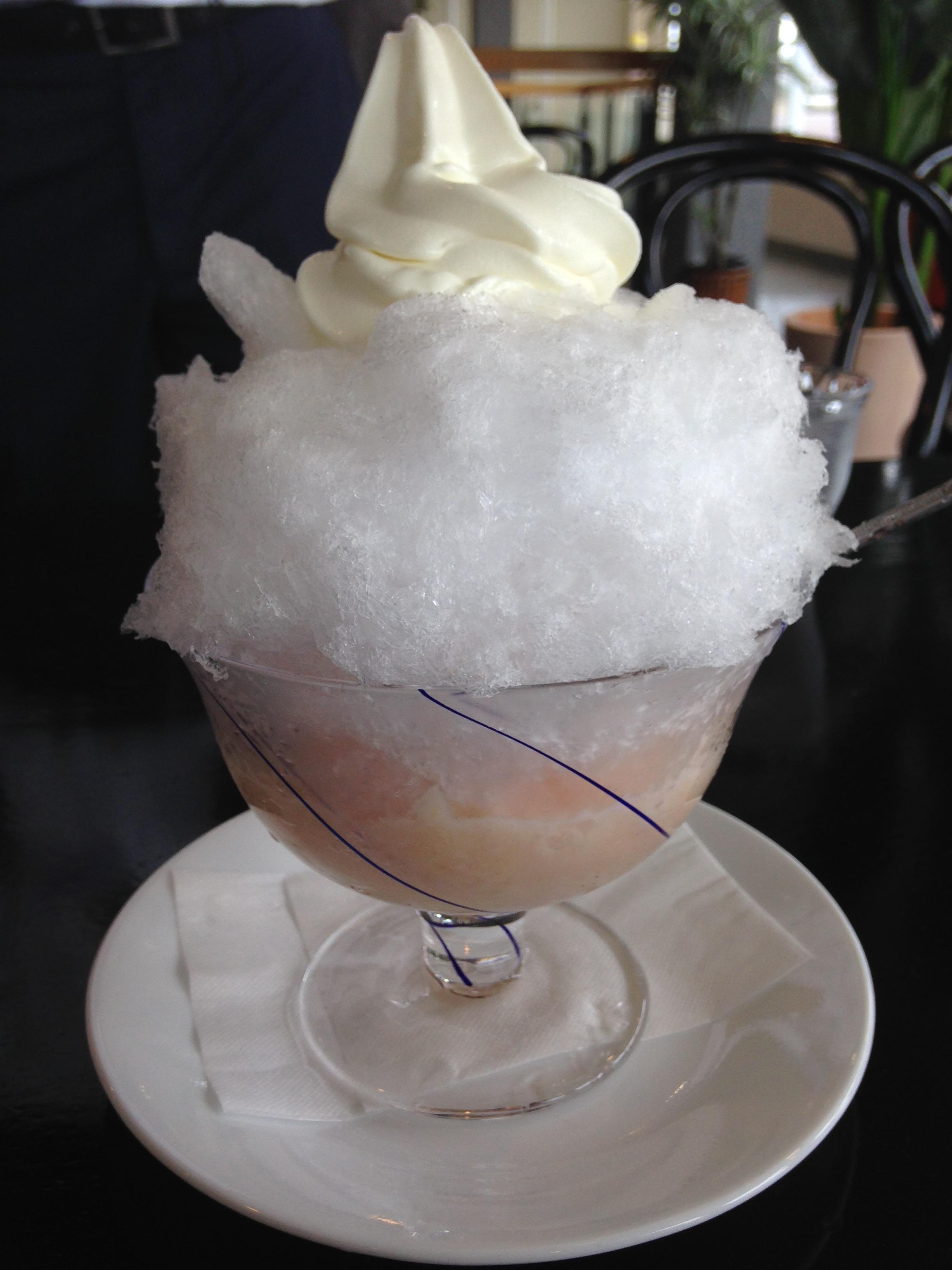 人造添加物的桃子刨冰,色泽清凉与健康。