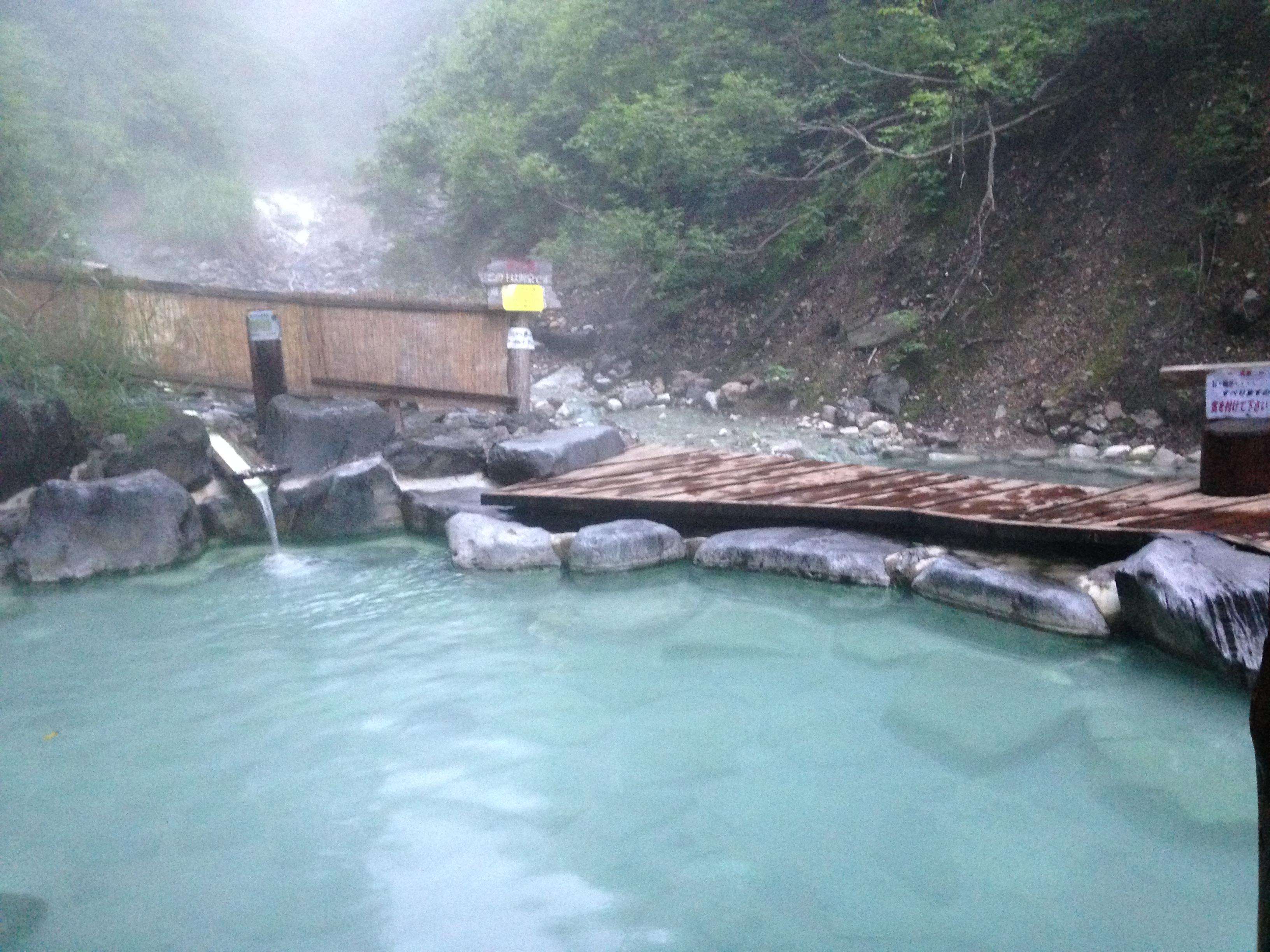 蔵王温泉大露天风吕女汤的景色。