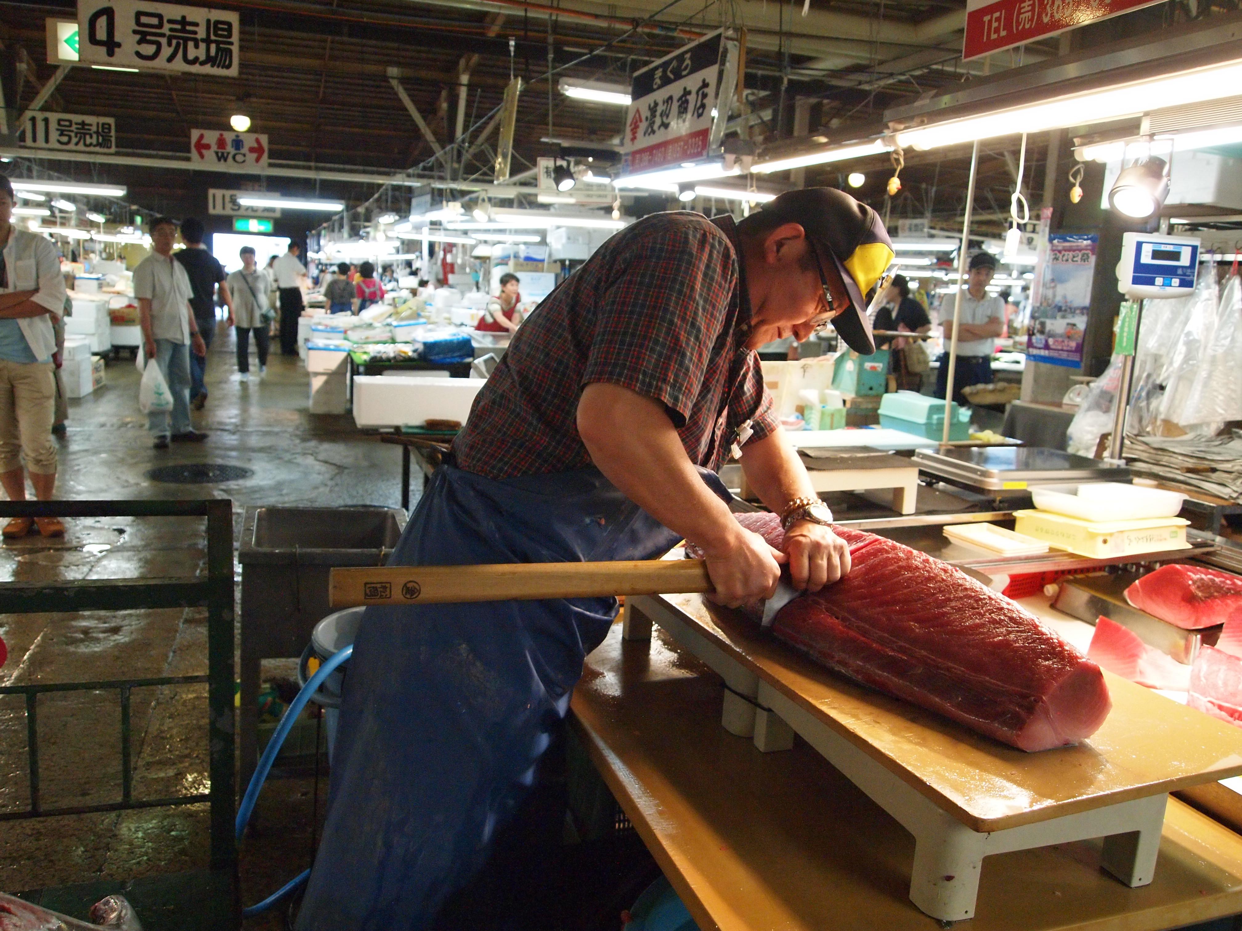 处理金枪鱼是一项非常吃力的动作。