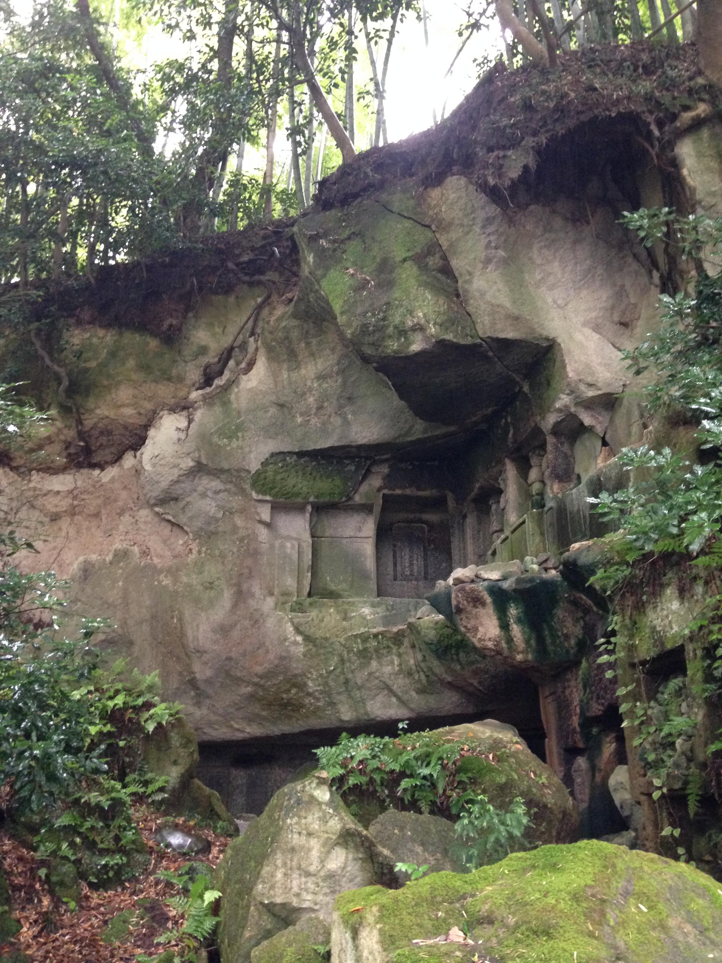 以前僧人聚居修行的石窟群之一。