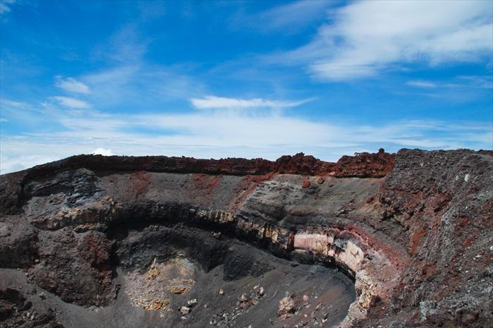 火山口实在太大,再大的广角镜也无法拍下整个火山口,除非是坐在直升机上。