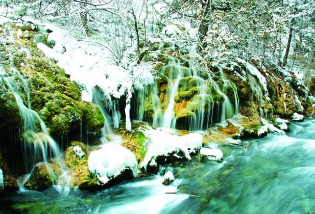 水是九寨沟的绝景,潺潺而流的溪水与由高冲下的瀑布,构建成一幅美丽的画卷。