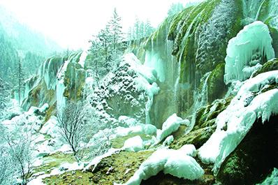 九寨沟大小瀑布多不胜数,也造就了冬天才能看到的冰瀑奇景。