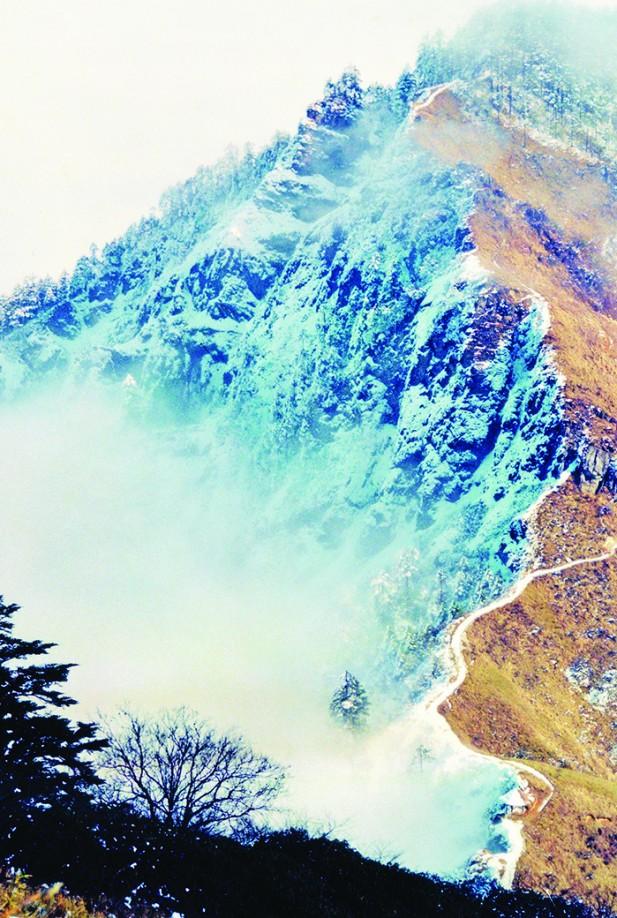 一边云雾缥缈,一边晴空万里,相隔不到两迷的地方如此不一样的景色,也只有在西岭雪山才能看到。