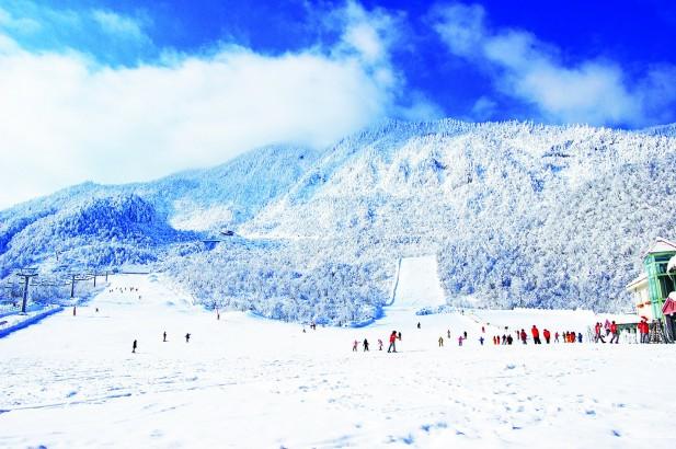 西岭雪山滑雪场,面积宽阔,周围的景色优美。