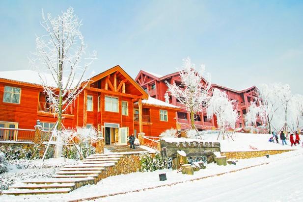 西岭雪山有完善的度假设备,游客可以在度假屋里休假,尽情享受雪山的各种乐趣。
