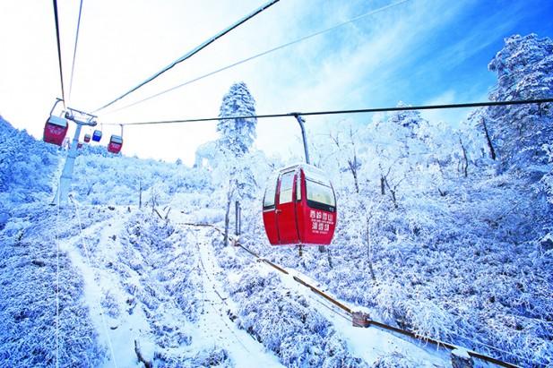 由于滑雪场位于高山之上,因此游客需要乘坐缆车上山,但是沿途可以欣赏雪山的景色。