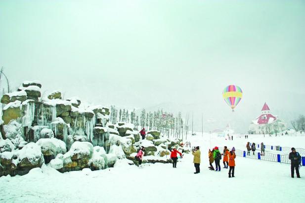 滑雪场内有小型瀑布形成冰瀑奇景,还可以乘坐热气球登高望远。
