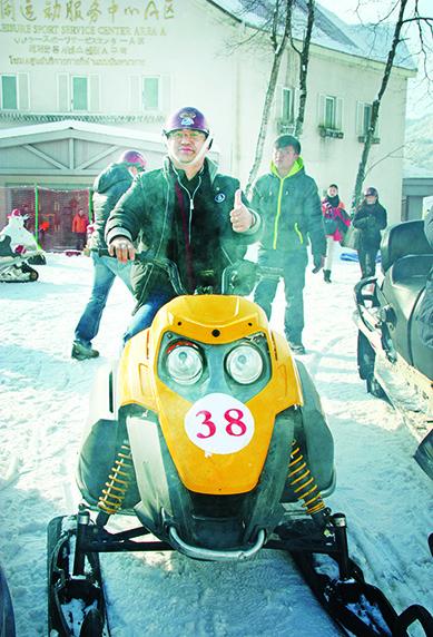 雪地摩托车,让你体验在雪地上的急速刺激感,堪称是男人的最爱。