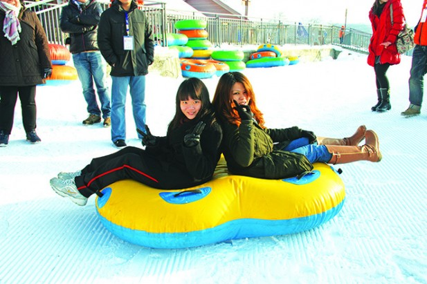双人乘坐的雪上飞碟,是一种非常刺激的游戏,从高处顺着雪地以非常快的速度滑下来,是滑雪场的必玩项目。