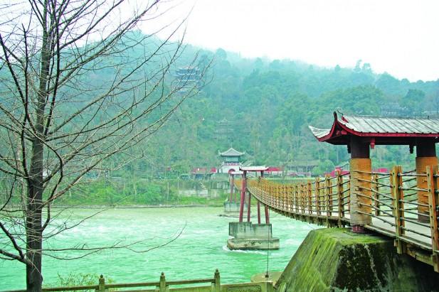 安澜索桥,横挂于江面上,站在桥中央能够欣赏大江景色。