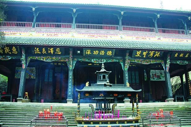 二王庙,外面许多名人留下的牌匾,推崇李冰的千古功绩。
