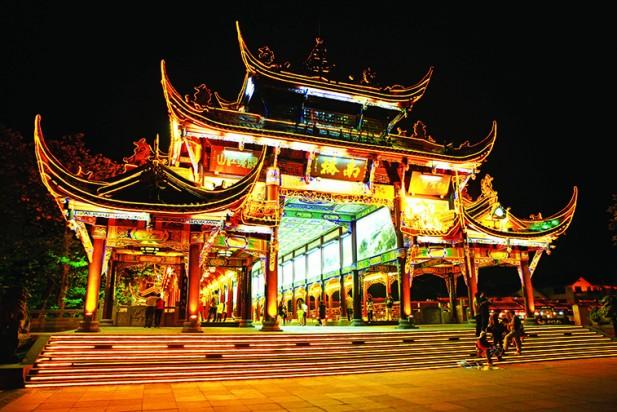 南桥是一座位于都江堰宝瓶口下侧的岷江内江上的廊式古桥,夜晚的时候灯光辉煌,非常漂亮。