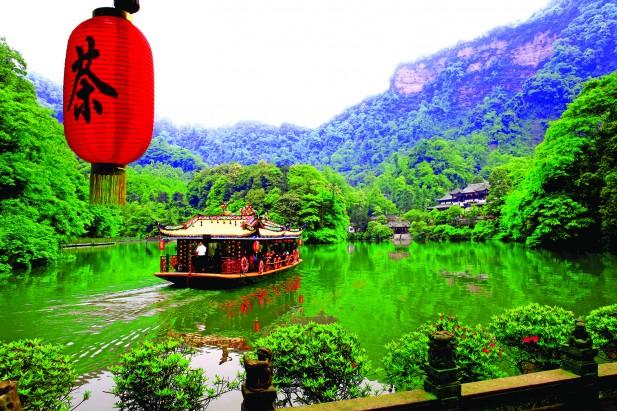 游客能在月城湖上泛舟,感受青城山的幽静。