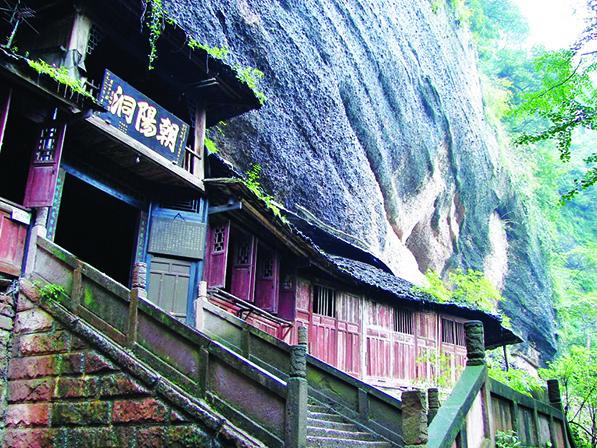 沿山壁而建的朝阳洞,是游客探秘的好所在。