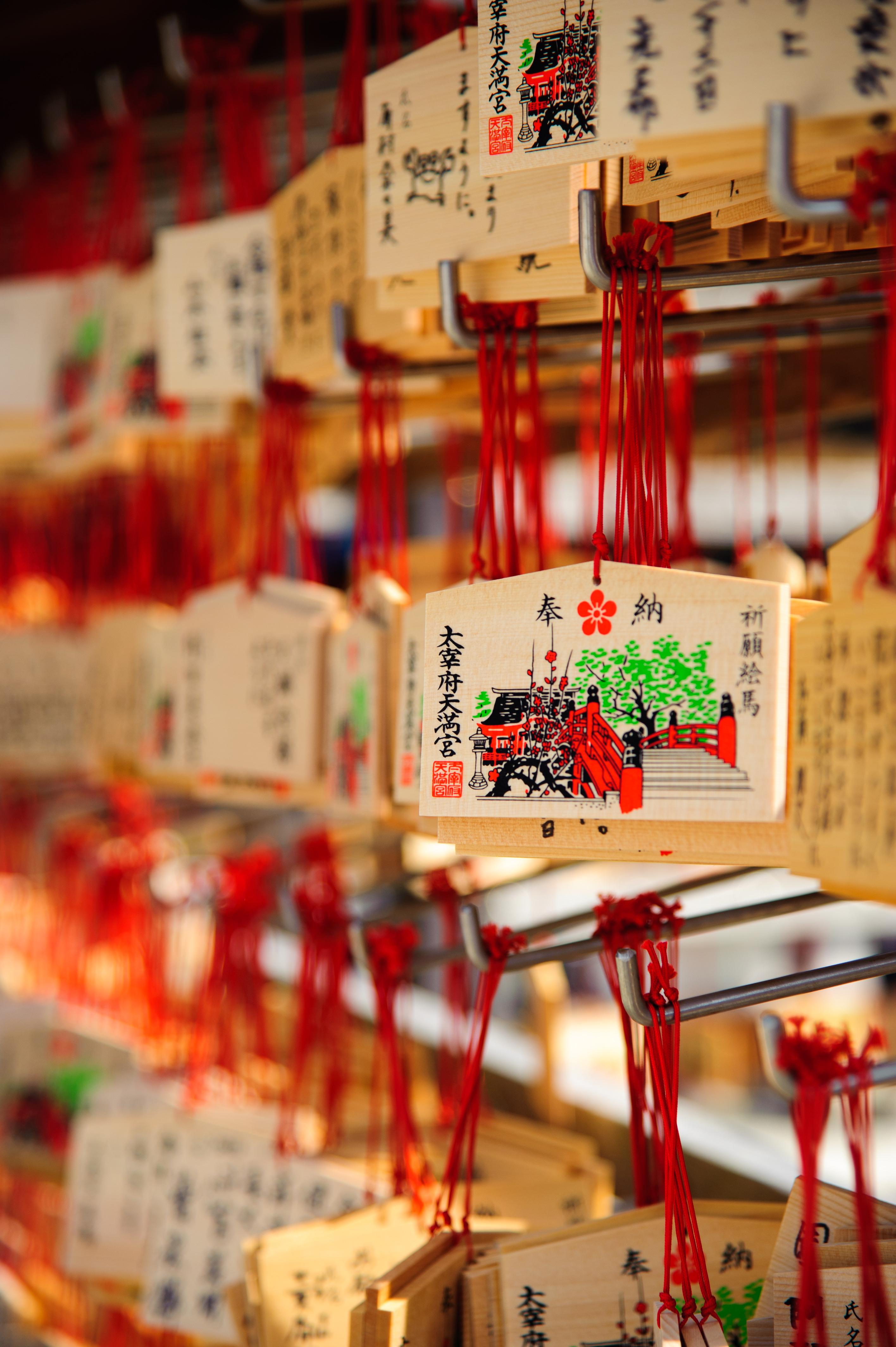 """日本一般的神社会提供一个小木块,俗称""""绘马"""",是让人们许愿的一种形式。"""