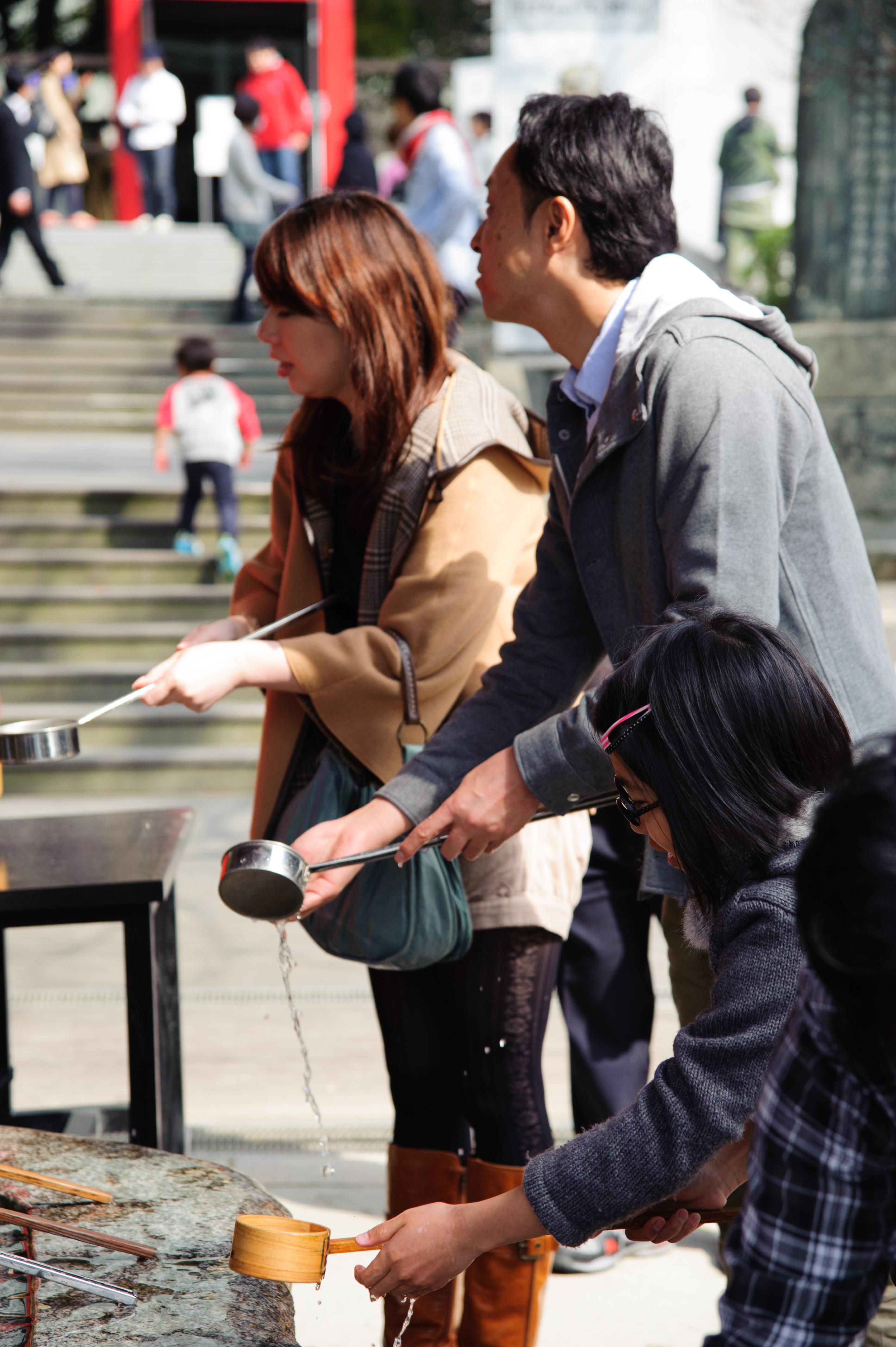 进入神社前,记得先在手水舍洗手,以表示对神明的敬意。