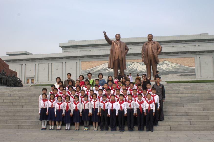 我们与朝鲜学生们一同在金日成同志与金正日同志铜像前合照。