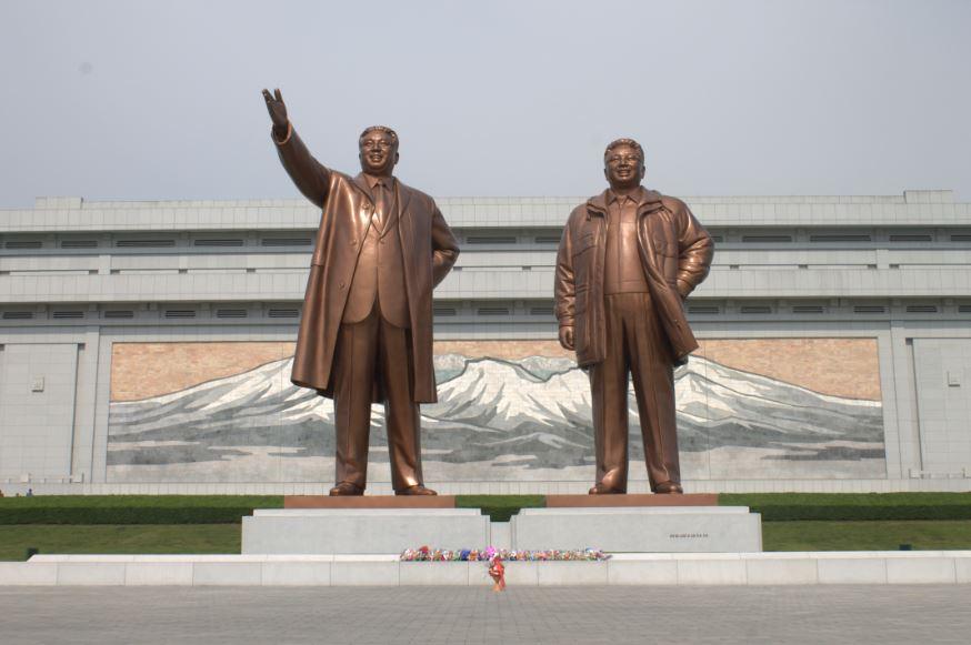 领袖金日成同志与金正日同志铜像。