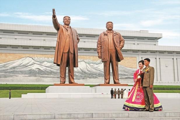 朝鲜新婚夫妇和亲朋好友会一起来到万寿台大纪念碑向领袖行礼并且鲜花,以庆祝新婚大喜。