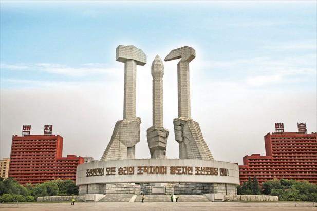 文中来不及体积的建党纪念灯塔有代表工人、农民和知识分子的锤子、镰刀和画笔。
