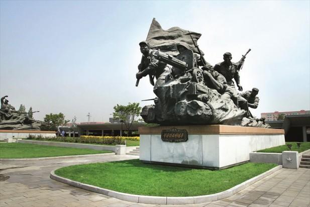 进入祖国解放战争胜利纪念馆,会看到巨幅的战斗群雕像。