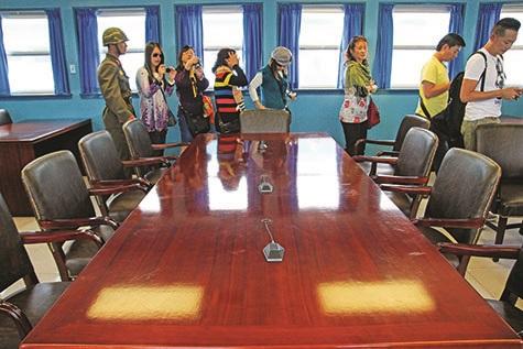 桌子上的话筒线作为军事分界线的标准。