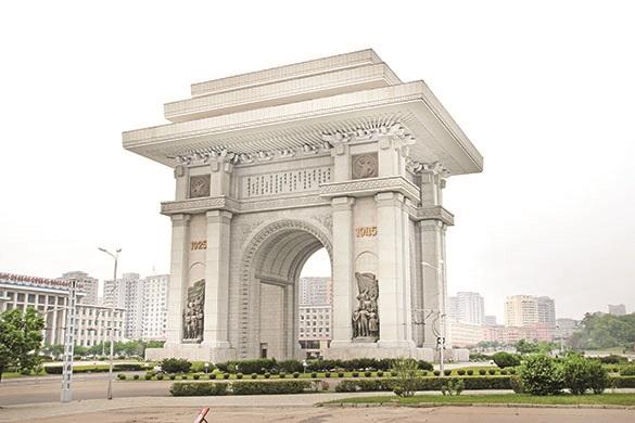 从地下铁出来,就看见为纪念金日成两次战胜入侵朝鲜的日本以及美国而建造的凯旋门。
