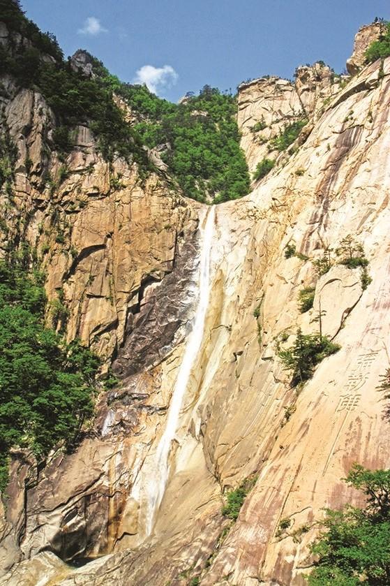 九龙瀑布是朝鲜三大名瀑之一。