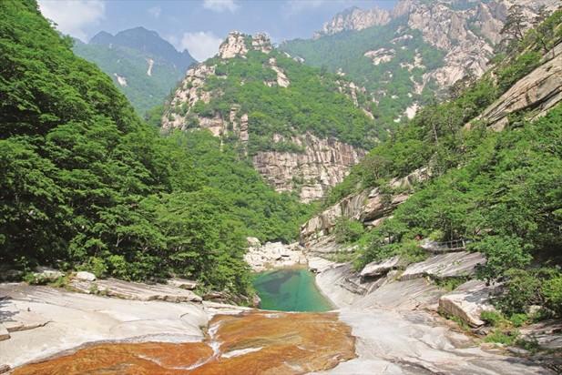 """宋代苏东坡曾以""""愿生为高丽国,一见金刚山""""的诗句来赞美金刚山。"""