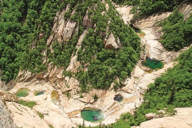 上八潭位于九龙瀑布以西险峻的玉流洞溪谷附近。