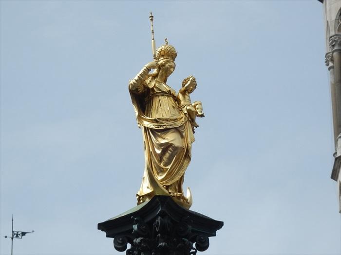 镶金的圣母玛利亚就矗立在广场之中。