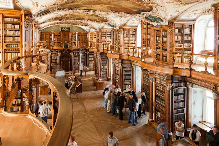 为保护真本,书橱上的书籍大多为影印版本。