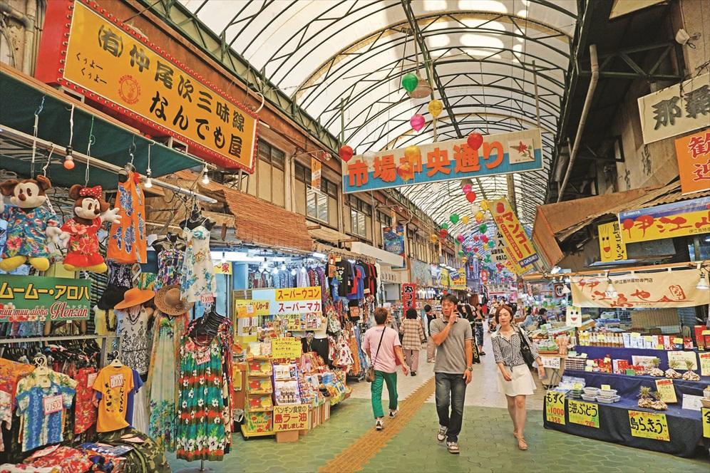 在第一牧志公社市场的外围拥有大大小小的草药店、茶店、蔬菜店等。