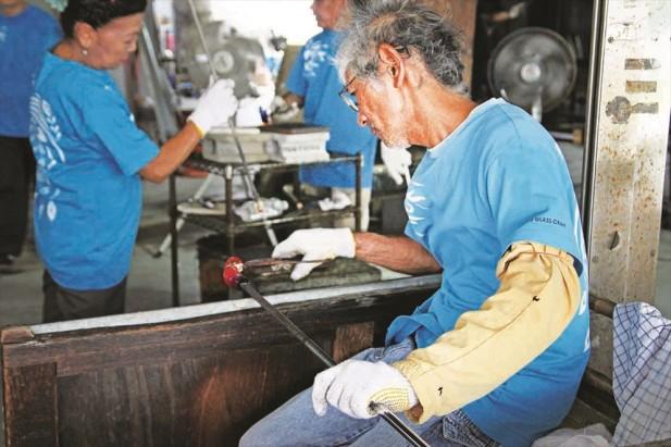 要完成一个产品,从熔解到塑型到徐冷约需花费40小时左右。