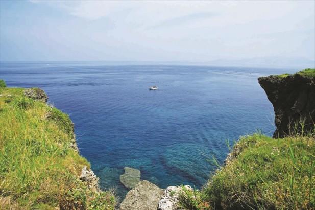 站在这里听海浪拍打岩石的声音是很舒服的。
