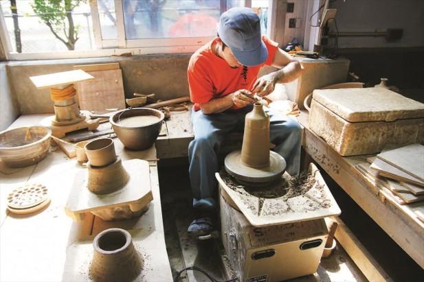 装泡盛的瓷器用两种泥土组合而成。