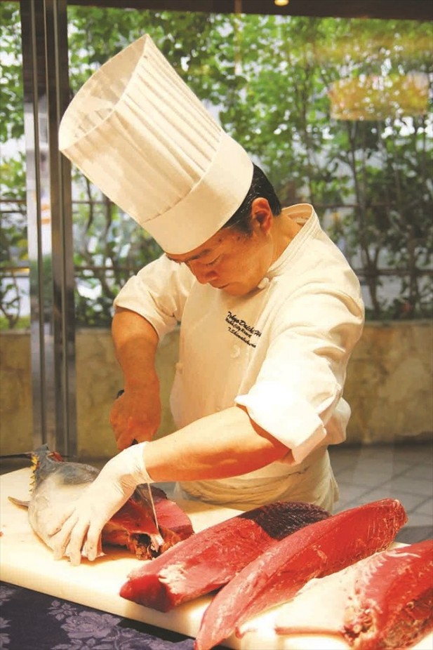 有日本师傅现场制作料理,一招一式都吸引人的眼球。
