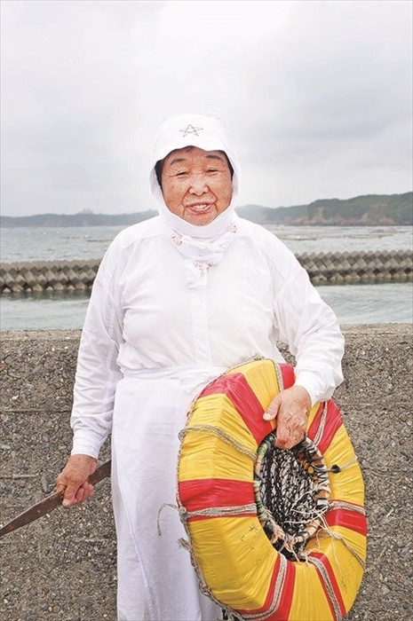 """这位是最年长的海女AMA ——野村礼子,现年82岁从事海女已有64年了。身体还很健壮,很可爱哦。头巾上的""""星星符号""""像似海女们的""""平安符""""。保佑还女如还工作,一切顺利。"""