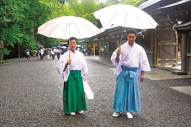 人人手上都有一把雨伞,一点也没有破坏众人的雅兴。