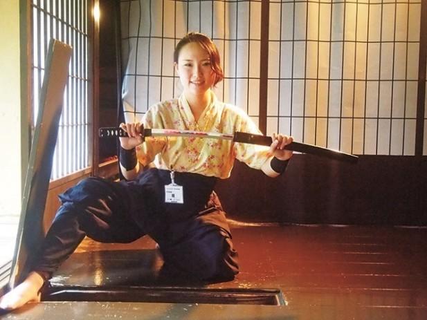 女忍者正为我们示范忍者的道具使用。