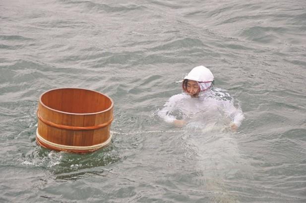 身穿单薄白色的海女正准备潜入海中啦。