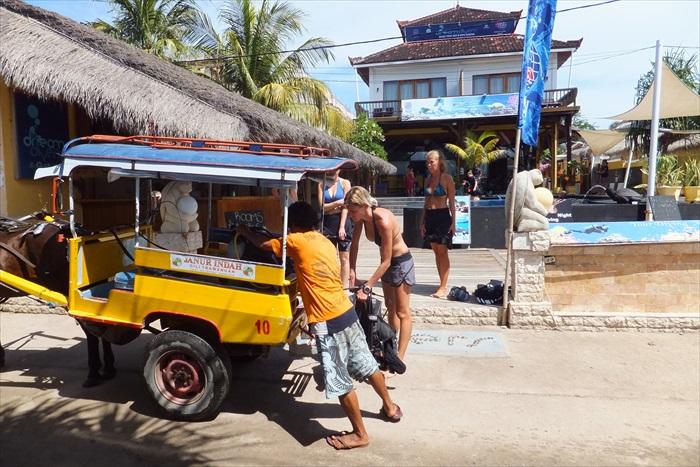 旅人忙着准备潜水设备出海去