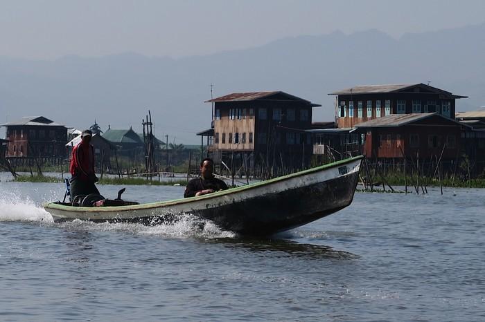 登上特别设制的5人座瘦长舢舨船,舢舨船是以马达推动。