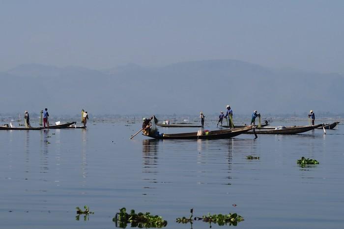 处在山区中的湖泊,与世隔绝,对当地人来说,是块世外桃源。
