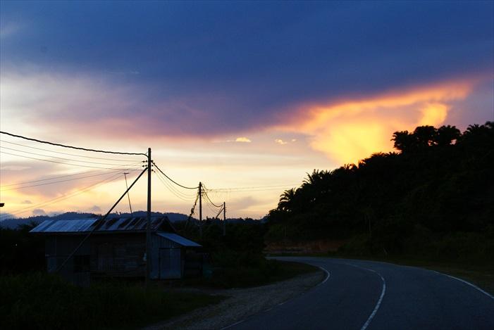 进入Telupit市前遇上漂亮的黄昏