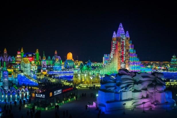 夜晚,冰雕在华灯照耀之下,展现出另一番风情。