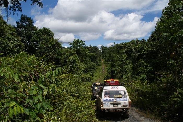 车队准备冲上前段上坡路