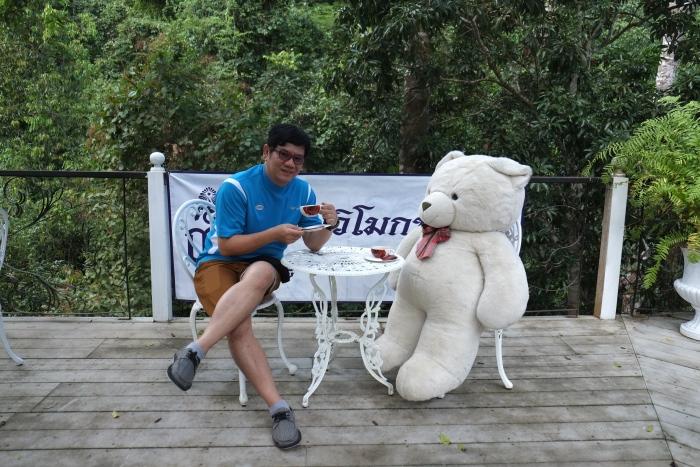 和小熊享受一杯咖啡的时光。