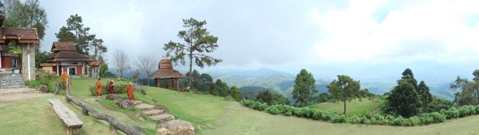 站在1615米的高度,眼前风景辽阔。